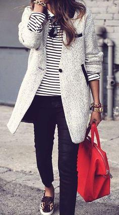 Haut à rayures et manteau gris + touche de couleur