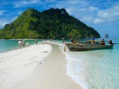 A Ilha Tup, nos arredores de Krabi é uma das mais procuradas pelos turistas. Quando a maré está baixa, é possível caminhar sobre os bancos de areia, entre uma ilha e outra... ⛱ . Tup Island, Ao Nang - Krabi, Tailândia . . #tupisland #aonang #krabi #thailand #beach #beachlife #paradise #asia #wanderlust