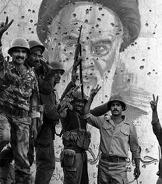 Iraqi-soldiers-celebrate-after-recapturing-the-Faw-Peninsula-in-Iraq-during-the-Iran-Iraq-War.-Behind-them-is-a-bullet-ridden-portrait-of-Iranian-leader-Ayatollah-Ruhollah-Khomeini.jpg (450×513)