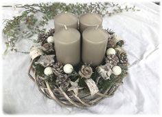 **Moderner Adventskranz in grau - Weidenkranz ** **Natur - Grau / Weiß ** Ein grau gekalkter Weidenkranz dient als Unterlage für den Adventskranz. Dekoriert mit: Künstlichem Tannengrün,...