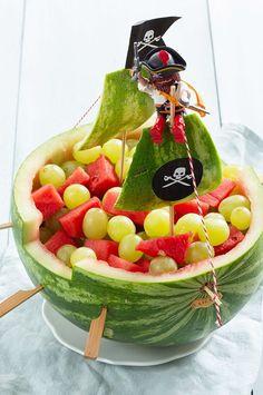 Hoe maak je een watermeloen piratenboot? - Leuke recepten Healthy Snacks, Healthy Recipes, Fruit Water, Bon Appetit, Food Art, Watermelon, Mozzarella, Wraps, Birthday
