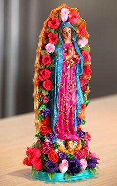 Virgen de Guadalupe, pintada y decorada a mano. Pieza de marmolina, de 30 cm, decorada con flores y cristales