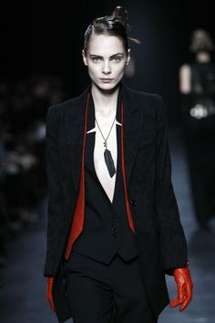 Visions of the Future: Red accents, Ann Demeulemeester. Ann Demeulemeester, Dark Fashion, Gothic Fashion, High Fashion, Steampunk Fashion, Emo Fashion, Dandy, Vampire Fashion, Estilo Tomboy