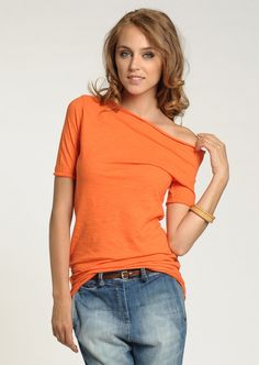 GuyaG  Woman Caliente Orange T-shirt    59,90 лв.  20,90 лв.    GuyaG  Код на продукта:  12294-ORANGE    Описание на продукта:  Оранжева тениска, изработена с:   - драпирано деколте тип лодка   - свободна кройка   - къси ръкави   - краища с незавършен дизайн.     Състав:  100% памук