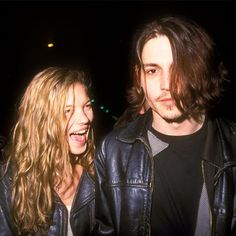 Kate Moss e Johnny Depp, usando looks rockers.