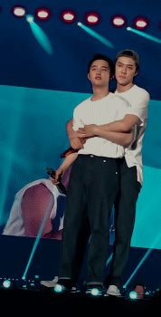 In my world, kyungsoo back hugs me the same way Sehun did to him. Oh , don't wale me up from this dream😢 Kaisoo, Kyungsoo, Exo Chanyeol, K Pop, Back Hug, Exo Couple, I Go Crazy, Xiuchen, Do Kyung Soo