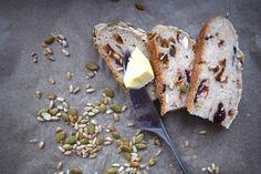 Rouskuvat pähkinät ja makeat hedelmäsattumat piristävät tämän gluteenittoman leivän jokaista puraisua.