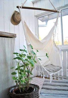 Ik heb dit plaatje gekozen omdat ik de sliertjes die aan de onderkant zijn wel mooi vind dus dat neem ik ook mee. -Hangmat speciaal voor kleine ruimtes, zoals het balkon. HEBBEN!-