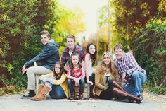 Large family photography poses 19 - YS Edu Sky Large Family Poses, Family Posing, Big Family, Large Families, Fall Family, Large Family Portraits, Large Family Photography, Children Photography, Photography Poses