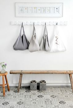 Very attractive entry hallway bench entrance hall shopping bag hanger and 456 best hung flung stacked Decoration Hall, Decoration Entree, Leather Futon, Apartment Decorating On A Budget, Hallway Decorating, Decorating Ideas, Rustic Bench, Rustic Wood, Flats