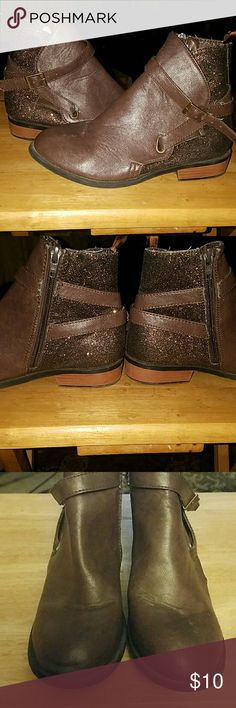 Girls boots Lots of sparkle. Criss cross straps with buckles. Wooden heels. Super cute! Shoes Boots