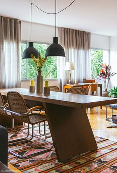 16-decoracao-sala-jantar-mesa-madeira-tapete-etnico-turquia-marrocos