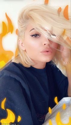 Kylie Jenner looks like a modern-day Marilyn Monroe as she displays new blonde hairstyle - So Hollywood glam: Kylie Jenner flaunted her new sexy blonde locks on Snpachat Saturday evening - Robert Kardashian, Kim Kardashian Selfie, Kourtney Kardashian, Kardashian Kollection, Kardashian Jenner, Kris Jenner, Kylie Jenner Body, Kylie Jenner Outfits, Up Dos