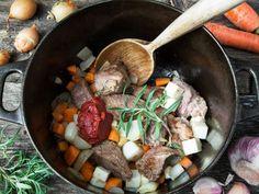 Deilig oppskrift på fransk lammegryte med rotgrønnsaker. Bruk gjerne lammelår eller lammebog. Potetpurè er perfekt som tilbehør til lammegryte.
