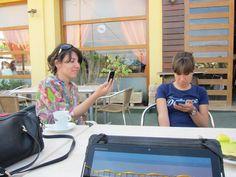 Raquel y Laura trabajando
