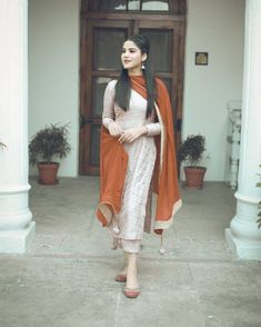 Image may contain: one or more people and people standing Simple Pakistani Dresses, Indian Gowns Dresses, Pakistani Dress Design, Pakistani Clothing, Embroidery Designs, Embroidery Suits Design, Indian Look, Dress Indian Style, Indian Wedding Outfits