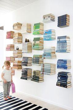 La armonía de esta pared con los colores me fascina, y la alfombra le da un toque único.