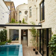 Alex Michaelis' self-designed sculptural brickwork house in London slots into a long, narrow site that was previously occupied by a disused garage. Soho House Berlin, Babington House, Timber Cabin, British Architecture, Riverside House, Small Courtyards, Timber Cladding, Victorian Terrace, Built In Bench