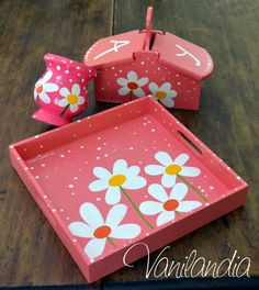 bandeja de madera pintada medidas 23x23cm mate y azucarera/yerbera modelo: flores blancas Painted Wooden Boxes, Painted Trays, Home Crafts, Diy And Crafts, Arts And Crafts, Decoupage Box, Country Paintings, Painting On Wood, Diy Gifts