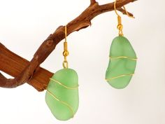 Boucles dorées verre dépoli vert fil métal Bijoux Design, Creations, Drop Earrings, Christmas Ornaments, Holiday Decor, Jewelry, Frosted Glass, Beads, Green