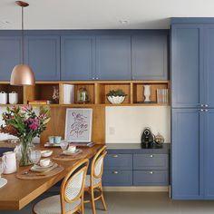 Simplesmente apaixonada por essa cozinha {} A combinação da Madeira com o azul deixou atual e tão aconchegante { Projeto ACF Arquitetura | Foto @marianaorsifotografia }