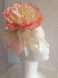 Tocado con mini base sinamay seda y diadema con flor peonia de seda grande y plumas PVP 28€