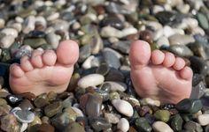 Обои картинки фото ситуации, лето, пляж, ноги.галька, море