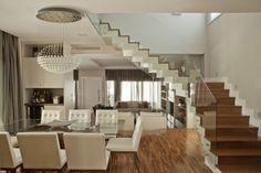 escada de concreto com degraus de madeira guarda corpo de vidro