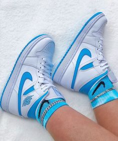 Discover recipes, home ideas, style inspiration and other ideas to try. Nike Air Jordans, Tenis Nike Jordan, Air Jordans Women, Air Jordan Sneakers, Air Force Jordans, Girl Jordans, Nike Lebron, Air Jordan Retro, Nike Air Jordan White
