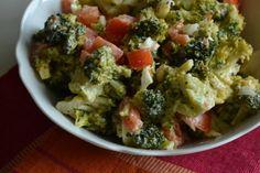 BROCCOLISALADE MET EI (lekker bij gebakken aardappeltjes) Voor 2 personen: – 1 grote broccoli, in roosjes, gestoomd – 1 tomaat, in blokjes gesneden – 1 kleine ui, in blokjes gesneden – 2 eieren – 1 eetlepel light mayonaise – 125 g magere yoghurt (1 potje) – peper, zout, nootmuskaat Zorg ervoor dat de broccoli in...