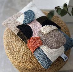 Aucun texte alternatif disponible - Rug Making Punch Needle Patterns, Hand Embroidery Patterns, Textiles, Julie Robert, Vintage Cartoons, Geometric Pillow, Tapestry Weaving, Drops Design, Punch Art