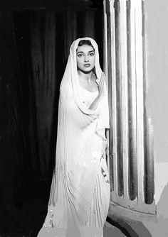 In Spontinis 'La Vestale' (Milano, 1954) Maria Callas, Opera Singers, Beautiful Voice, Grace Kelly, Classical Music, Hollywood, Statue, Portrait, Divas