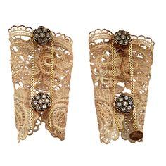Brazalete joya de encaje envejecido a mano con broches chapados en oro de 24k y brillantitos de imitación. Precio: 260€