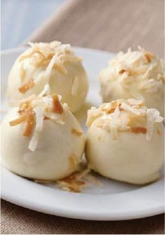 I have pina colada candy melt! Toasted Coconut-Golden OREO Cookie Balls – Golden OREO Cookies, cream cheese and toasted flaked coconut are rolled together and dipped in white chocolate to create these luscious cookie balls. Kraft Recipes, Candy Recipes, Cookie Recipes, Dessert Recipes, Yummy Recipes, Cookie Tips, Oreo Cookie Balls Recipe, Oreo Cookies, Oreo Truffles