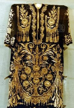 Bridal/festive woman's dress ('bindallı entari').  From Kahramanmarş, late-Ottoman style, made in the early 1970s.  Urban fashion.  'Goldwork' embroidery technique: 'Maraş işi' (work from Maraş).  On exhibit in the Kahramanmaraş Provincial Museum.