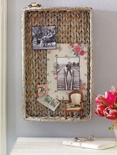 Die Korbstruktur macht das Tablett zur dekorativen Pinnwand. Außerdem lassen sich hier Fotos oder Ansichtskarten besonders gut mit Stecknadeln fixieren. Auch kleine Deko-Objekte finden noch Platz.