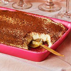 """Tiramisu är en klassisk italiensk dessert. Namnet betyder """"pigga upp mig"""" och det gör den verkligen skäl för. Täck kaffedoppade savoiardikex med den lenaste krämen gjord på ägg, mascarpone, mandellikören amaretto och socker. Pudra över kakao och hugg in! 200 Calorie Meals, Arabic Dessert, Dessert Boxes, 200 Calories, No Bake Cake, Afternoon Tea, Food Inspiration, Baking Recipes, Bakery"""