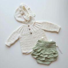 Inspirasjon fra @ingelawallgren. #selmableiebukse #gustavogberta #klompelompe #sandnesgarn #tynnmerino #dalegarn #emmakjolebody #babystrikk… Knitted Baby Cardigan, Knitted Baby Clothes, Baby Knitting, Crochet Baby, Knit Crochet, Baby Coming Home Outfit, Kids Wear, Baby Dress, Kids Outfits