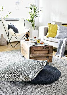 Näyttävä lattiatyyny syntyy helposti joutilaasta matosta. Tarvitset vain maton, ison tyynyn, parsinneulan ja lankaa. Katso Avotakan ohjeet ja sisusta kuin beduiini!
