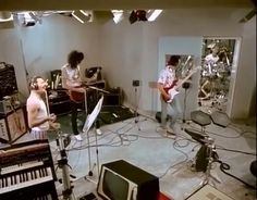 'One Vision Documentary' Freddie Mercury, Brian May, Roger Taylor, and John Deacon messing around in the studio. Queen Freddie Mercury, Freddie Mercury Quotes, Queen Brian May, I Am A Queen, Save The Queen, Queen Photos, Queen Pictures, 80s Musik, Rock Bands
