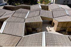 La tensión entre la irregularidad geométrica y su repetición le da al jardín de infancia, junto con el movimiento de las cubiertas, carácter e identidad.