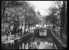 Warmoesgracht | Nu Raadhuisstraat. Gedempt rond 1895 | Het was misschien wel de charmantste gracht van Amsterdam. Deze korte waterweg, die de eerder gedempte Rozengracht met de Dam verbond, moest tussen 1895 en 1896 wijken voor de Raadhuisstraat. Bij die demping werden direct de hoge bruggen over het Singel en de Herengracht vervangen door brede, lage bruggen voor de paardentram en ander vervoer.