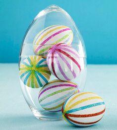 Huevos blancos decorados con bandas de purpurina - ¡me encantan! Via blog.fiestafacil.com / White eggs decorated with bands of glitter - love them! Via blog.fiestafacil.com