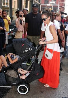 Jessica Alba Photos Photos - BYLINE: EROTEME.CO.UK.Jessica Alba took Haven Garner and Honor Marie out for lunch at Bubby's in Tribeca. - Jessica Takes Kids To Bubby's