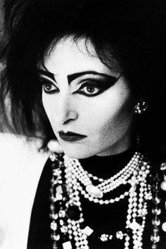 Siouxsie Sioux shortly before she chopped her signature crimped locks off, 1987.