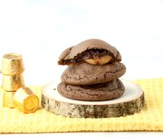 Why have I not thought to make a Rolo Cookies Recipe before? These yummy chocolates with a soft caramel middle are just begging to be put into a cookie! Kit Kat Cookies, Rolo Cookies, Candy Bar Cookies, Chocolate Cake Mix Cookies, Coconut Cookies, Chocolate Crunch, Cake Mix Cookie Recipes, 4 Ingredient Cookies