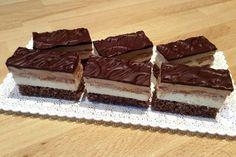 Výborný zákusok s vanilkovým a karamelovým krémom pripomínajúci 3bitku. Dessert Recipes, Desserts, Food Inspiration, Tiramisu, Yummy Food, Ethnic Recipes, Drinks, Basket, Mariana