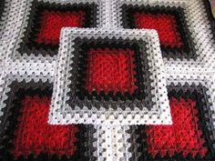 Este diseño geométrico afgano está tejido a ganchillo con hilo acrílico hipoalergénico 100% en tonos rojo, gris, negro y blanco. Es aproximadamente un cuadrado de 42 x 42 pulgadas. Cuenta con desvío abuela bloques cuadrados cosidos juntos en un patrón geométrico audaz inspirado por