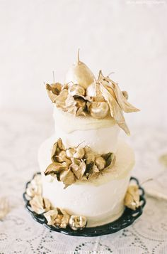 White Wedding Cake with Gold Pear Topper / Art Deco Wedding Cake / The Great Gatsby Wedding Inspiration / Lael Cakes / Jen Huang Photography / via Style Unveiled
