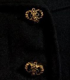 * Boutons de Jean Clément céramique émaillé or figurant une tête de mouflon pour manteau  Hiver 1942 d'Elsa SCHIAPARELLI